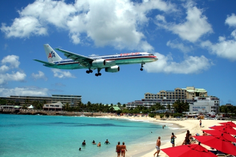 American_757_on_final_approach_at_St_Maarten_Airport